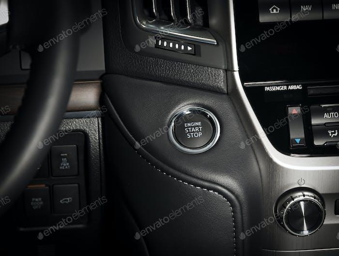Startstop-Motortaste im Fahrzeuginnenraum