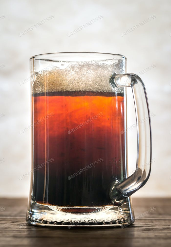 Schwarzer und brauner Biercocktail