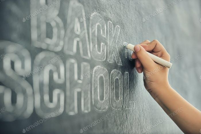 Kind schreibt an Tafel