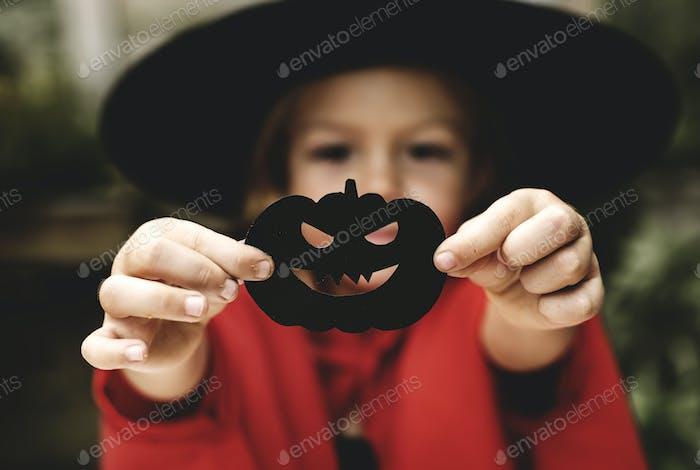 Junge verspielte Mädchen genießen die Halloween-Festival
