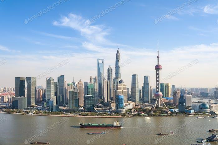 Shanghai Pudong Skyline am sonnigen Himmel