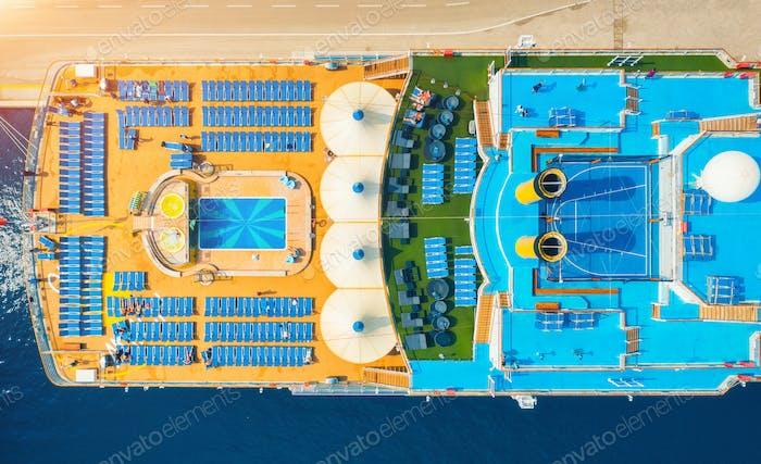 Luftaufnahme des Luxuskreuzfahrtschiffs. Ansicht von oben