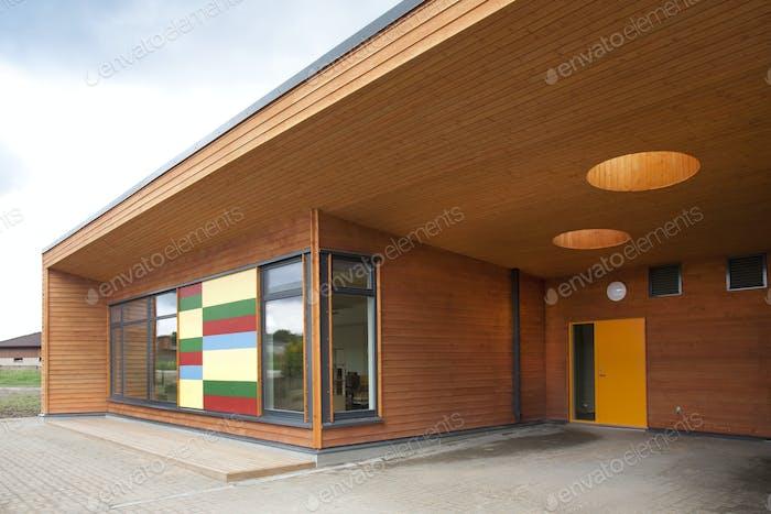 Modernes Grundschulgebäude