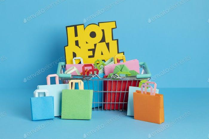 Cesta de la compra llena de bolsas de papel. Venta sesonal, ofertas online, descuentos, idea de promociones