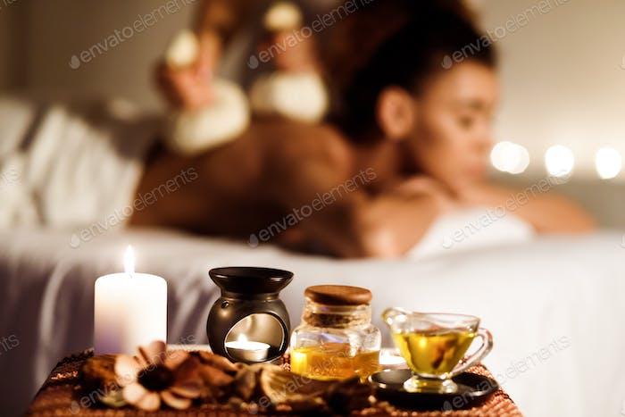 Aroma-Spa. Mädchen immer thai Kräuterkompresse massage