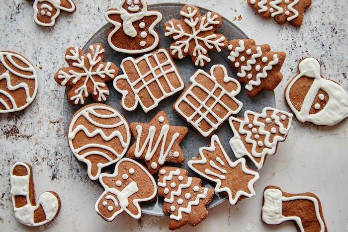 Galletas frescas y sabrosas de pan de jengibre navideño
