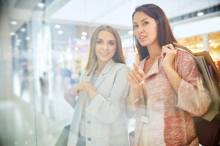Hübsche Frau Blick auf Fenster Display in Mall