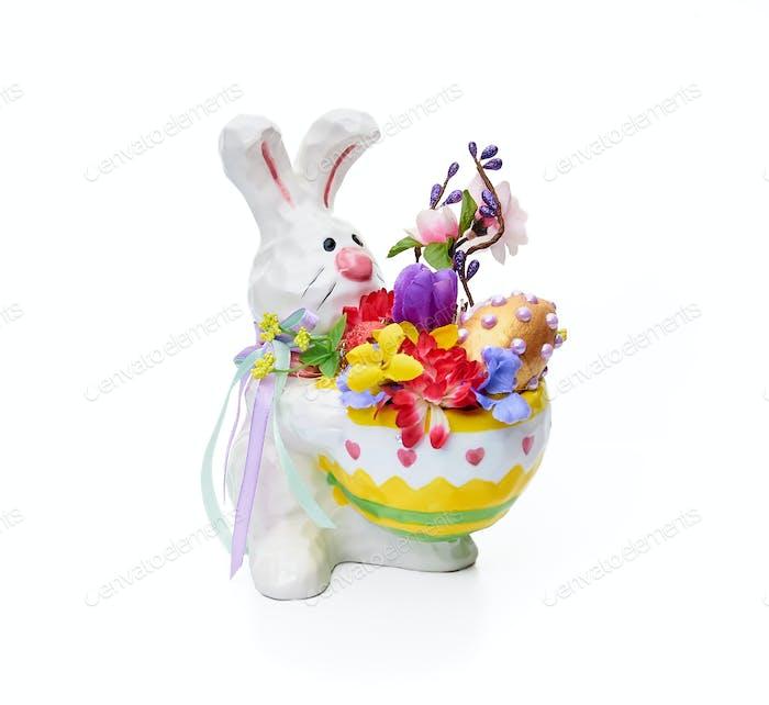 Osterhase mit Blumenarrangement auf weißem Hintergrund