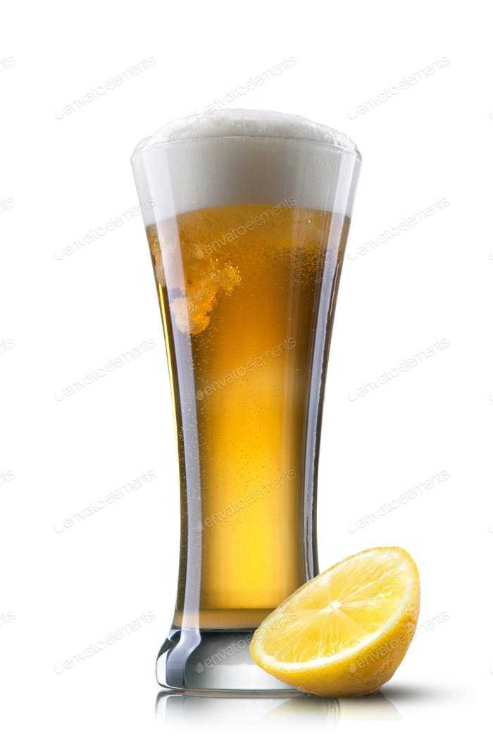 Bier in Glas mit Zitrone auf weißem Hintergrund isoliert