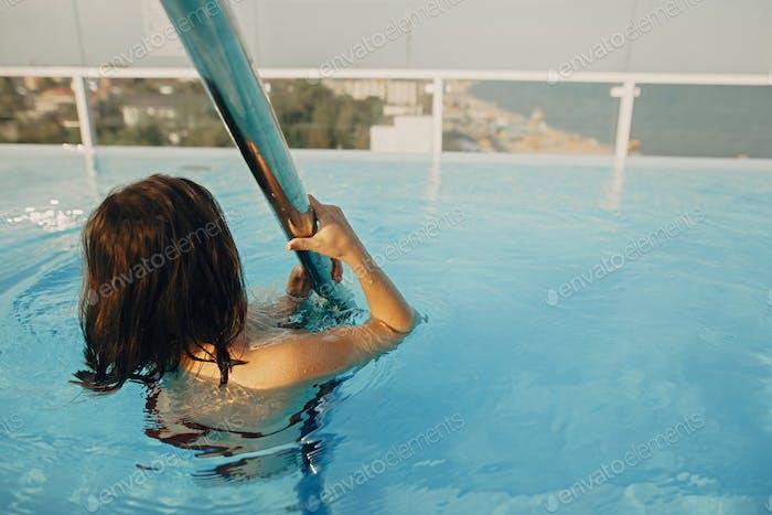 Happy Schöne junge Frau Spaß und Lächeln im Pool
