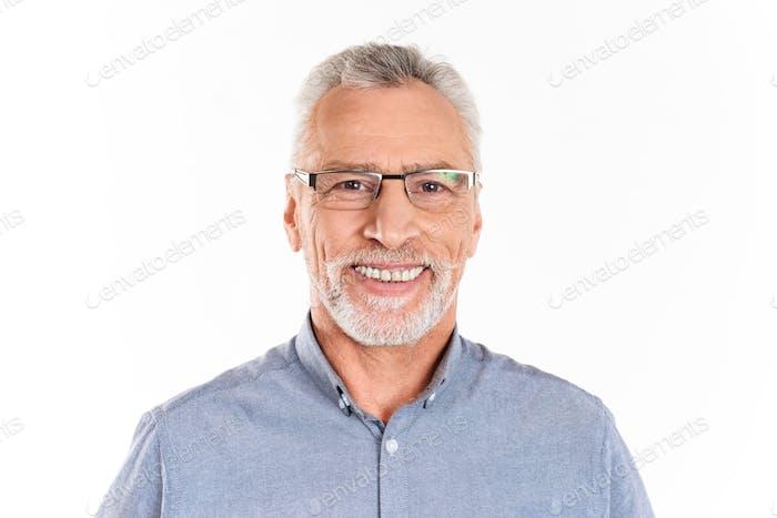 Fröhlicher glücklicher Mann Blick Kamera und Lächeln isoliert