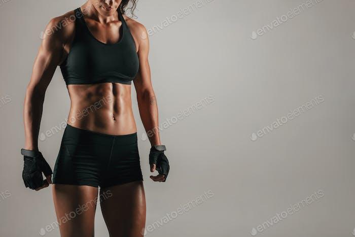 Vista estrecha de la Mujer con músculos abdominales fuertes