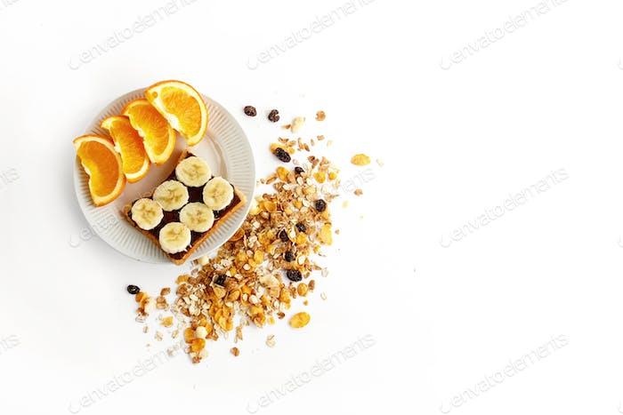 naranjas dulces y plátano en pan con chocolate y granola