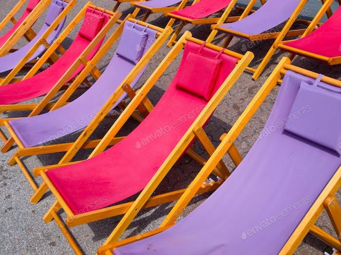 Bunte Strandstühle Hintergrund