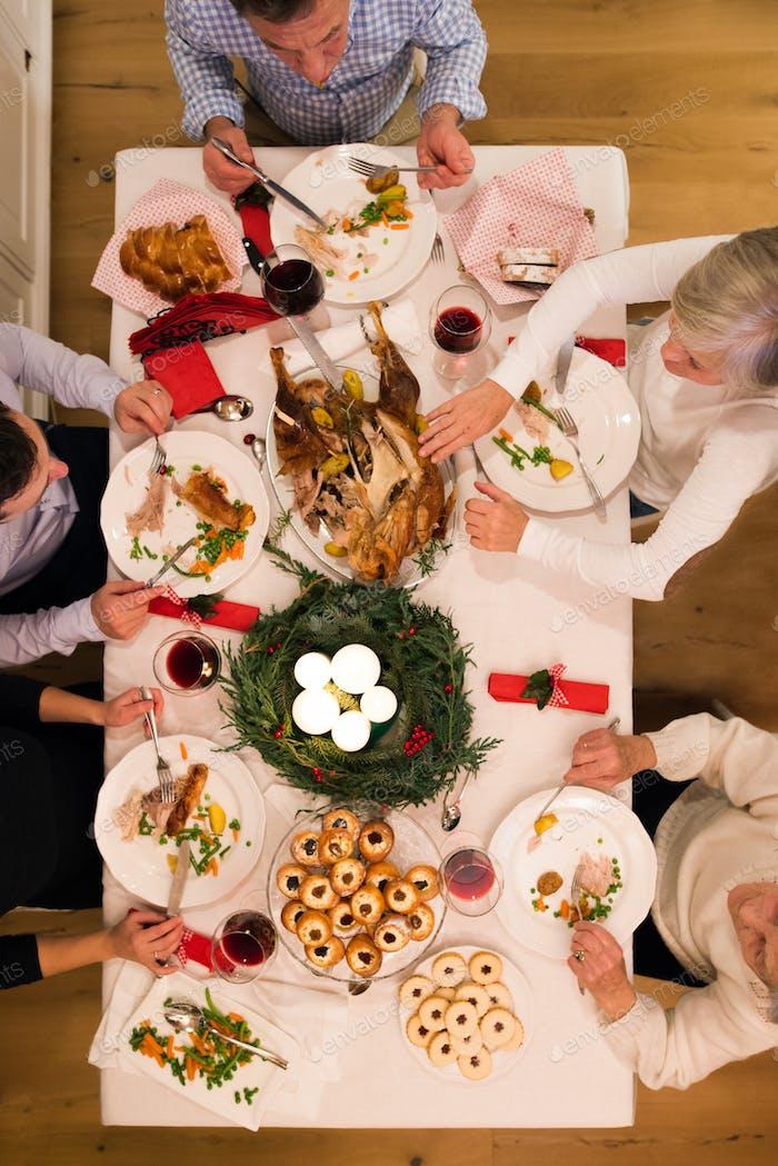 Schöne große Familie feiert Weihnachten zusammen.