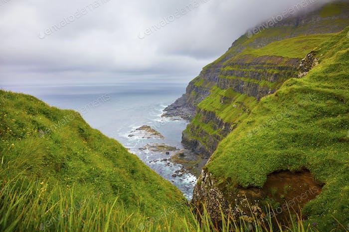 Dramatisch Landschaft an einem bewölkten Tag auf Färöer Inseln