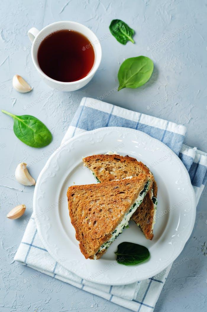 Ricotta Spinat Roggen-Sandwich
