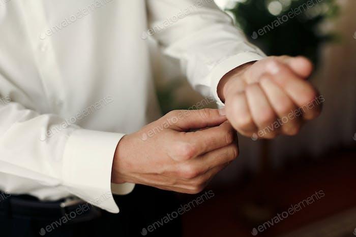 Bräutigam immer am Morgen angezogen, auf Manschettenknöpfe, Hochzeitsvorbereitung