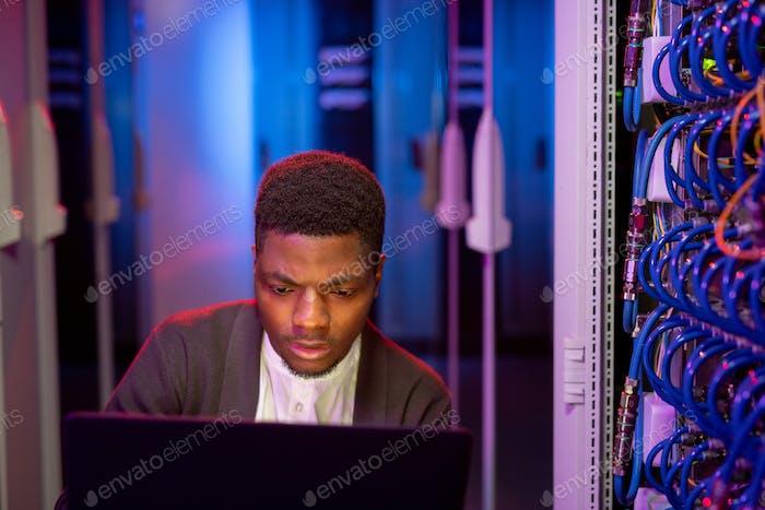 Ingeniero de TI ocupado que administra la red informática