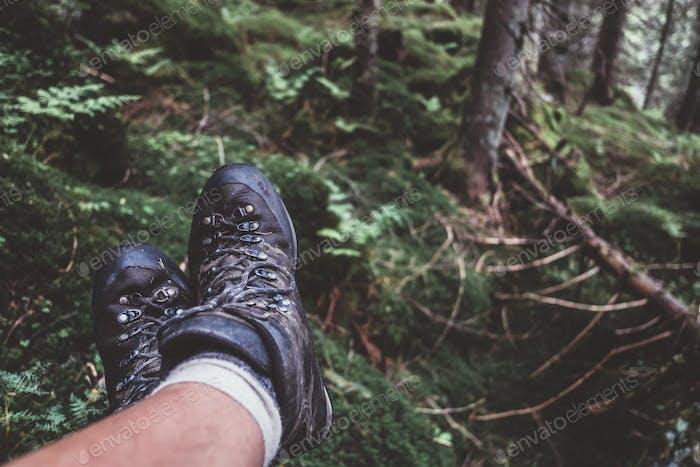 Hombre piernas en botas de senderismo