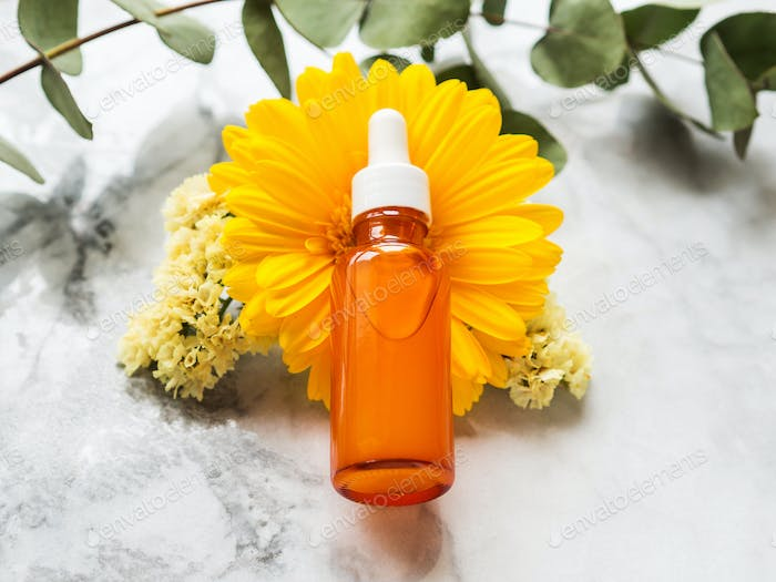 Vitamic C Anti-Aging-Serum in Orangenflasche