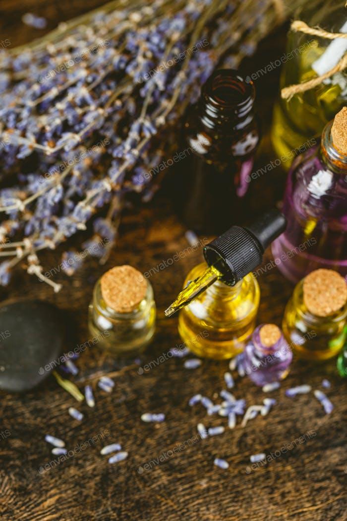 Glasflaschen mit Aromaöl