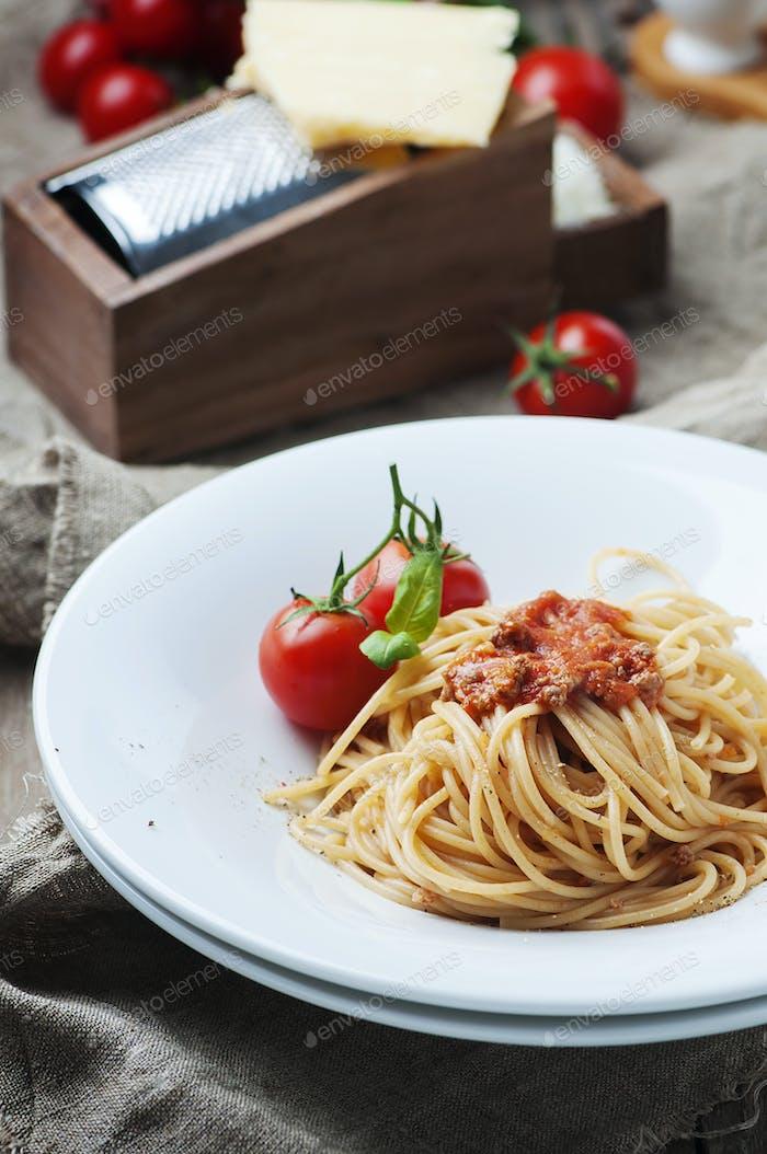 Italienische Pasta Bolognese mit Fleisch und Tomaten