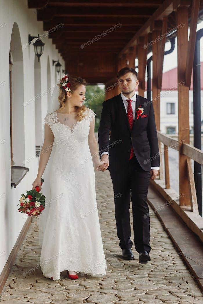 Braut und Bräutigam posiert