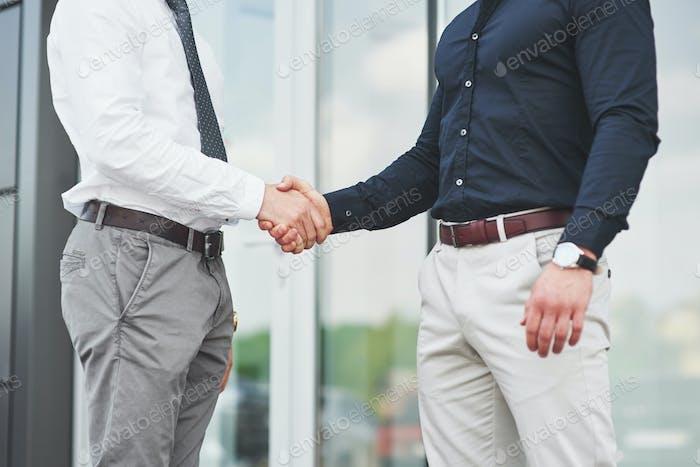 Un apretón de manos de dos hombres. Contactos de negocios exitosos después de un buen negocio