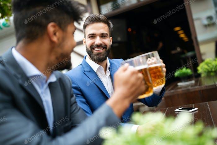 Geschäftsleute trinken Bier nach der Arbeit. Geschäftsleute genießen ein Bier