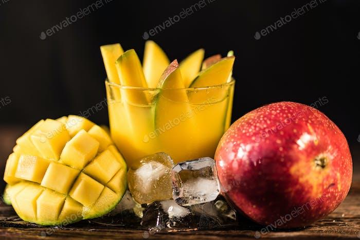 Mango Saft und Mango auf Holztisch