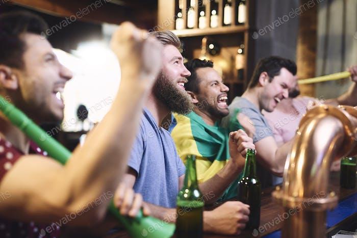 Glückliche Männer beim beobachten American Football