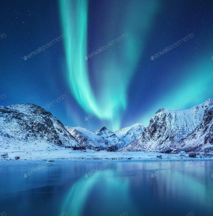 Nordlicht und Berge auf den Lofoten, Norwegen. Langbelichtungsfotografie