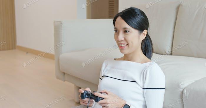 Frau spielen TV-Spiel