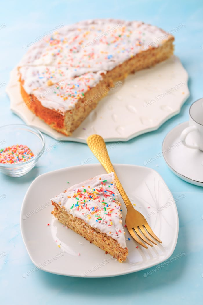 Hausgemachtes glutenfreies Mandeletui mit Zitronenzuckerguss und Zuckerstreusen