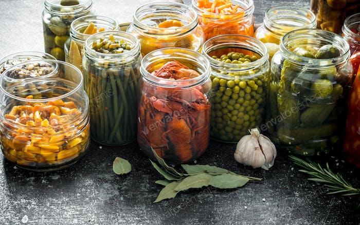 Komposition mit Gläsern eingelegter Lebensmittel.