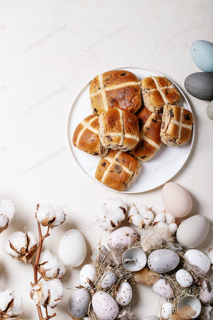 Traditionelle Osterkreuzbrötchen