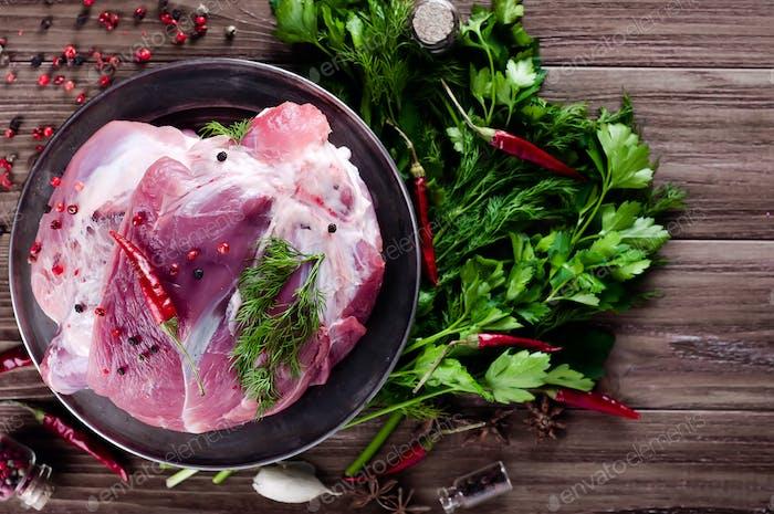 Rohes saftiges Fleisch auf einem eisernen Teller o