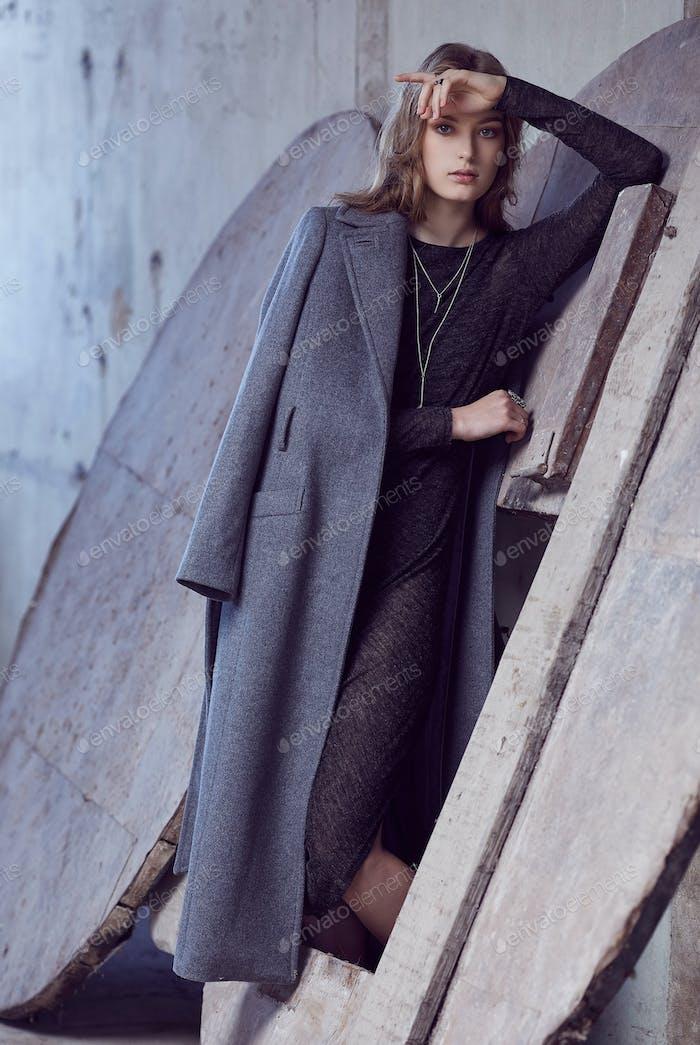 Женщина в сером пальто.