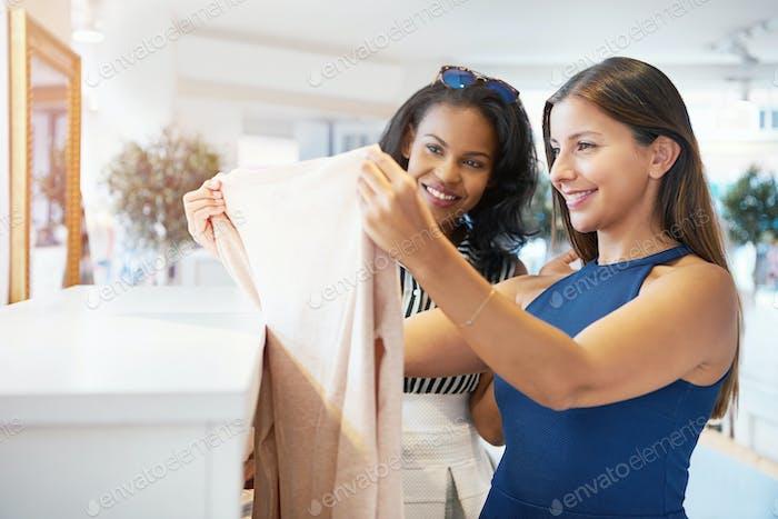 Zwei junge weibliche Freunde Wahl Kleidung
