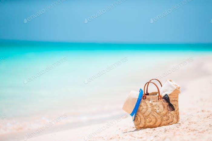 Strandzubehör - Strohtasche, Hut und Sonnenbrillen am Strand