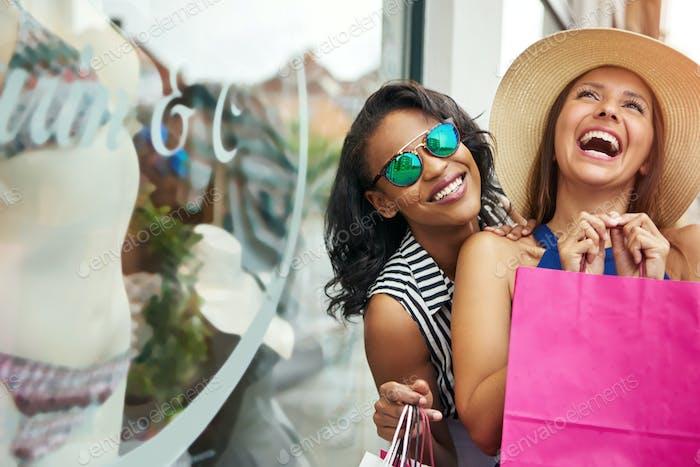Kichern Freunde Fenster Shopping für Unterwäsche