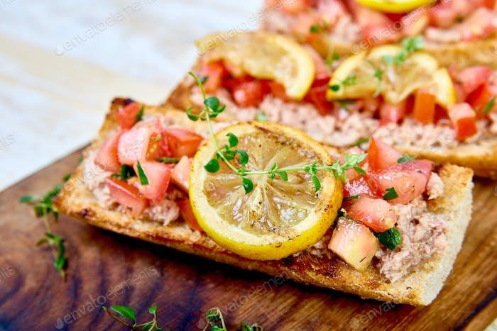 Vorspeise Bruschetta mit Thunfisch und Tomaten. Italienische Küche.