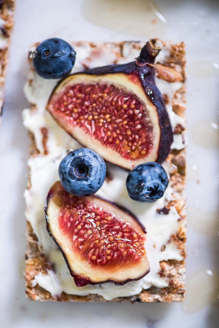 Crispy bread with figs and blueberry