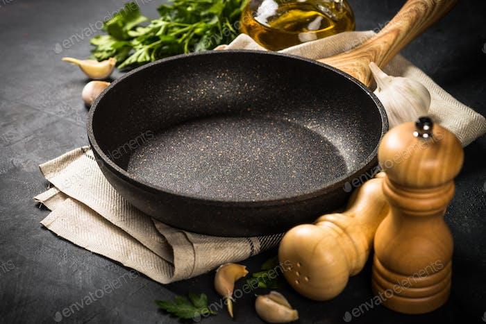 Essen Kochen Hintergrund auf schwarzem Tisch