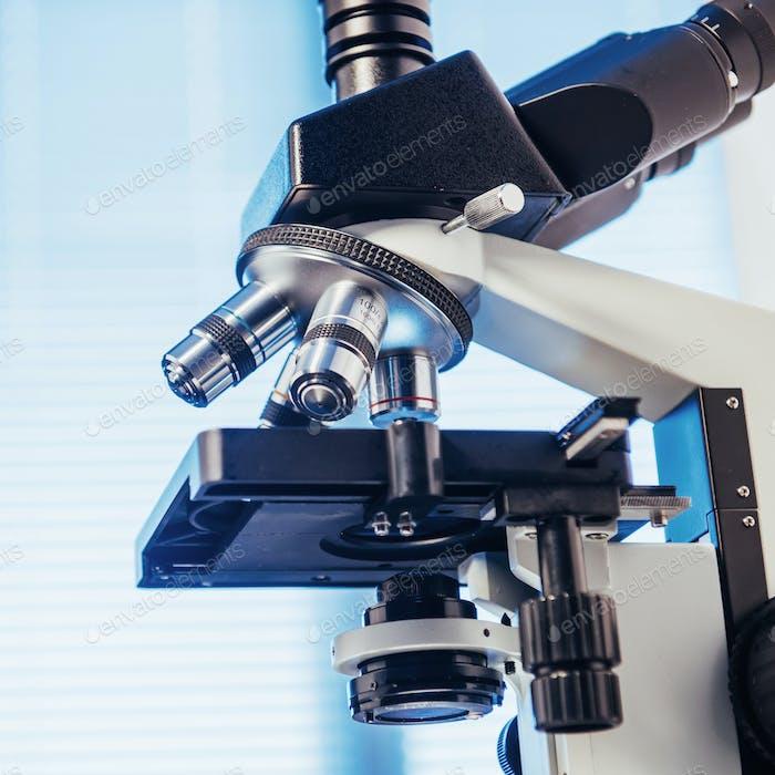 Nahaufnahme des Mikroskops im Labor.