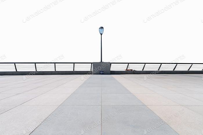 piso vacío y barandillas aisladas en blanco con trayectoria de recorte