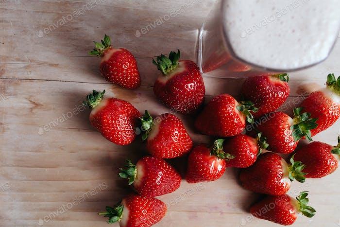 Erdbeer-Smoothie Milchshake frisch gemischt Draufsicht