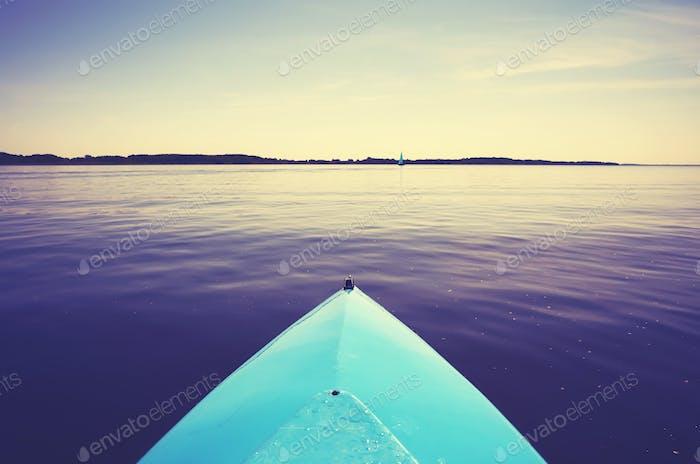 Bogen eines Kajaks auf einem stillen See.
