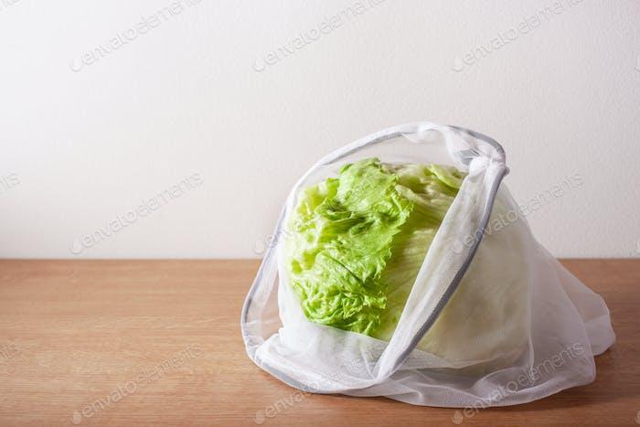 Salat in wiederverwendbaren Netz-Nylon-Beutel, kunststofffrei Zero Waste Conc